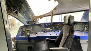 Kabina řidiče byla těžce poškozena požárem.