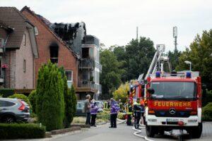 Letoun se zřítil na bytový dům. Podkrovní byt následně zachvátil požár. | Zdroj: Reuters
