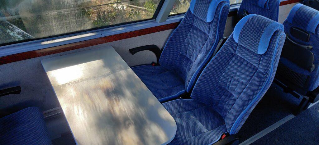 Interiér Neoplanu je zakázkově vyroben, nabízí velký prostor pro nohy, sklápěcí sedadla a v části vozu také stolky. Foto BohemiaSoft