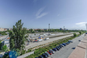 Severně od nádražní budovy se bude rozkládat několik bloků budov. Oddělovat je bude tramvajová trať, která bude území spojovat s centrem. foto : Benedikt Markel