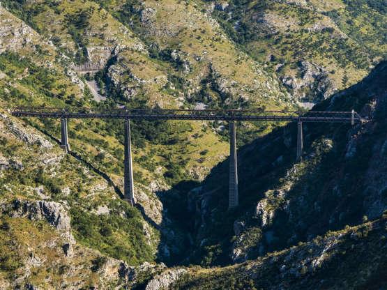 Viadukt Mala Rijeka 476 kilometrů dlouhá železniční trať vede ze Srbska do Černé Hory. Cestující zde uvidí úchvatné hory a hluboká údolí. Nakonec čeká Středomoří.