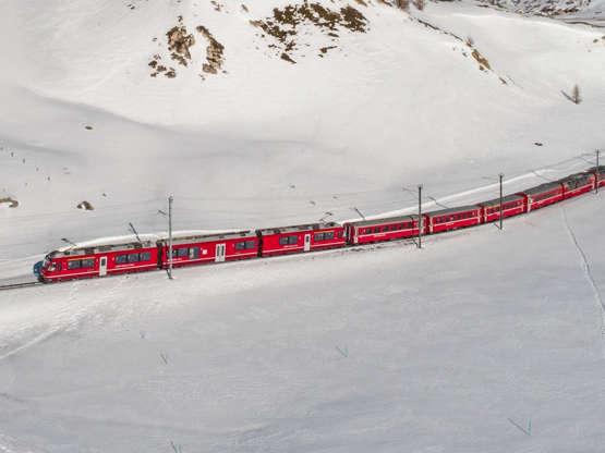 Bernina Express Swiss Bernina Express začíná v Churu a vede přes St. Moritz do Tirana. Cestující mohou na trase vidět jedinečnou krajinu - dvě z nich, železnice Albula a železnice Bernina, byly v roce 2008 označeny za místo světového dědictví UNESCO.