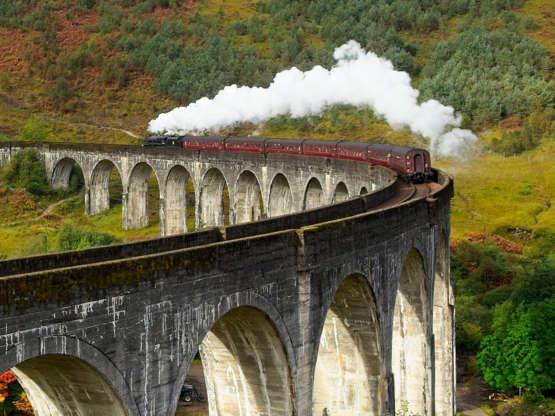 """West Highland Line Fanoušci """"Harryho Pottera"""" by měli být obeznámeni s West Highland Line ve Skotsku: V hollywoodských filmech jel čarodějnický student se svými přáteli po Bradavském expresu přes tento most."""