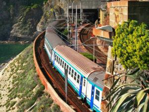 Cinque Terre Pět malebných vesniček lemuje dvanáctikilometrový úsek pobřeží Itálie: Cinque Terre. Mezi jednotlivými místy vede železniční trať - na jedné straně vinice, na druhé straně moře.