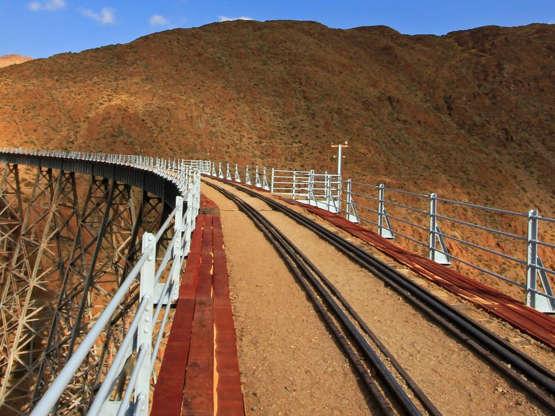 Tren de las Nubes Vlak Tren de las Nubes v Argentině jezdí ve výšce až 4 220 metrů a není pro slabé povahy. Trasa začíná v Saltě a končí po 200 kilometrech u viaduktu La Polvorilla.
